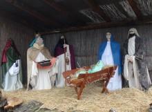 Betlehem állítás a templomkertben