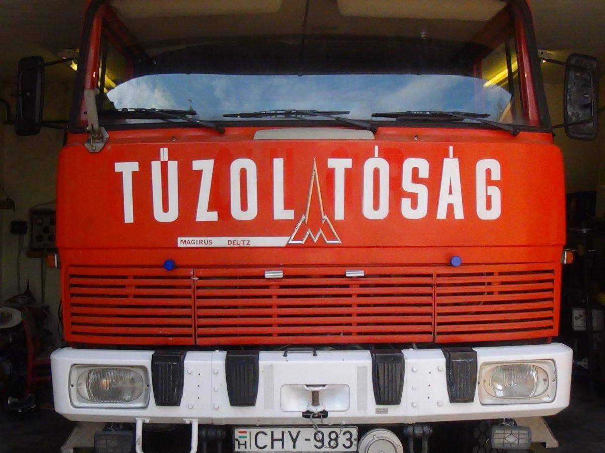 Tűzoltó hír – árokba borult egy autó