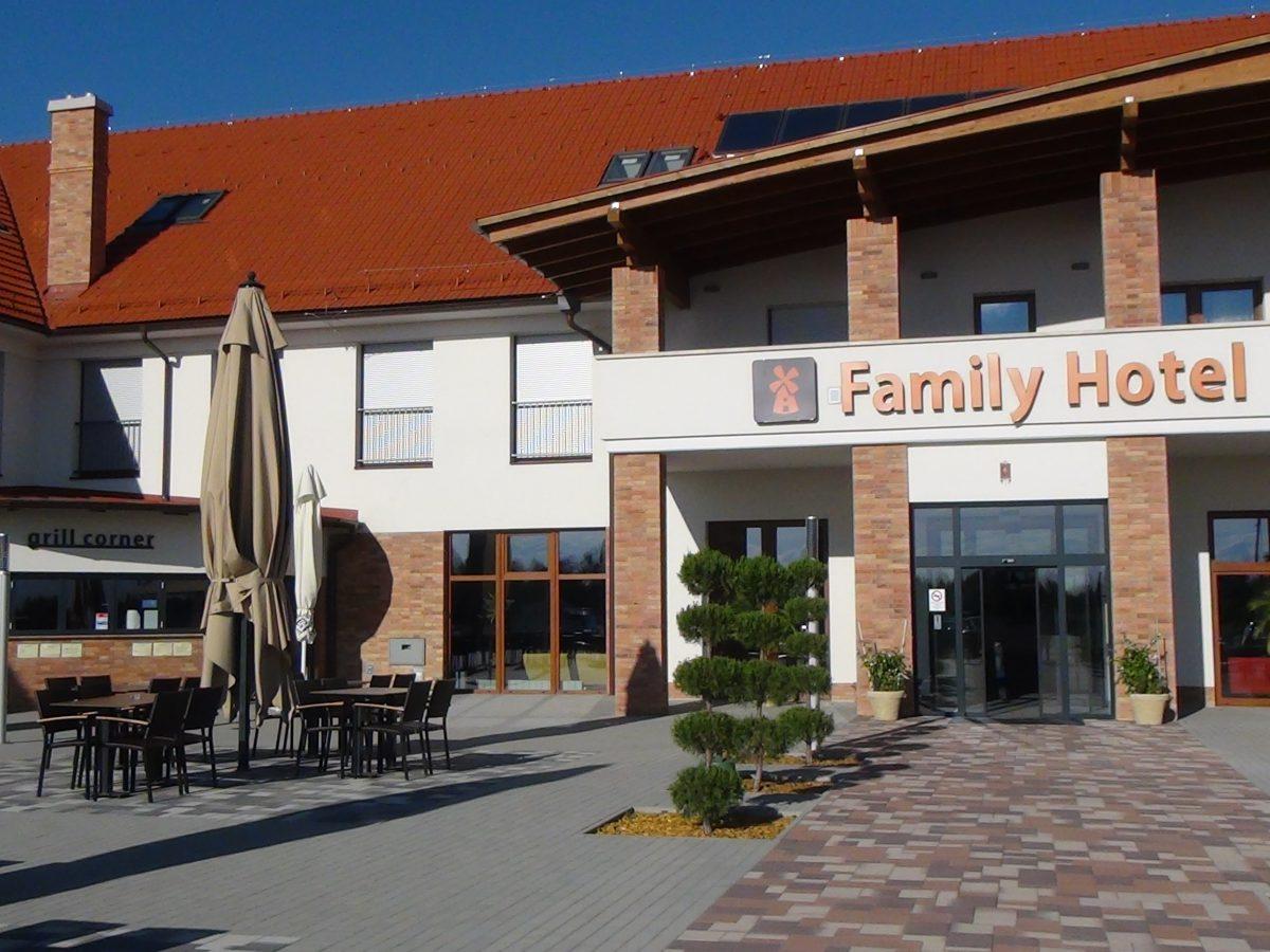 Július közepén megnyílt a Family Hotel étterme és a grillterasz
