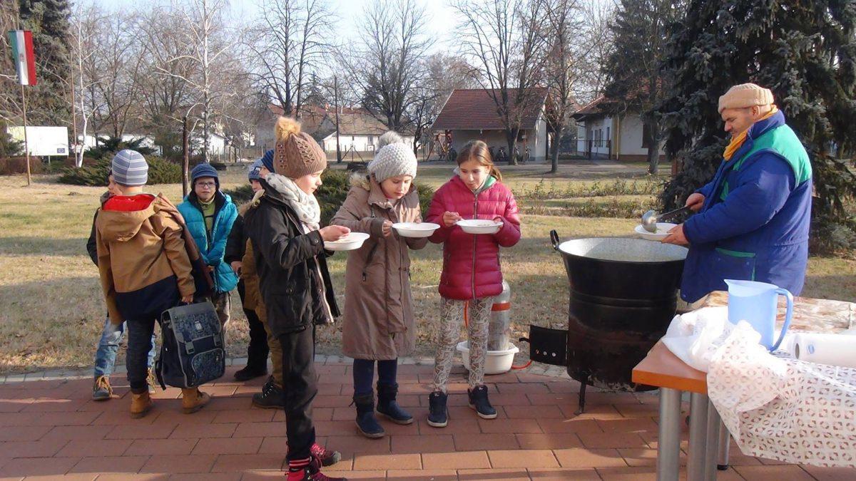 Karácsonyi szeretetlakoma Balástyán, a könyvtárnál