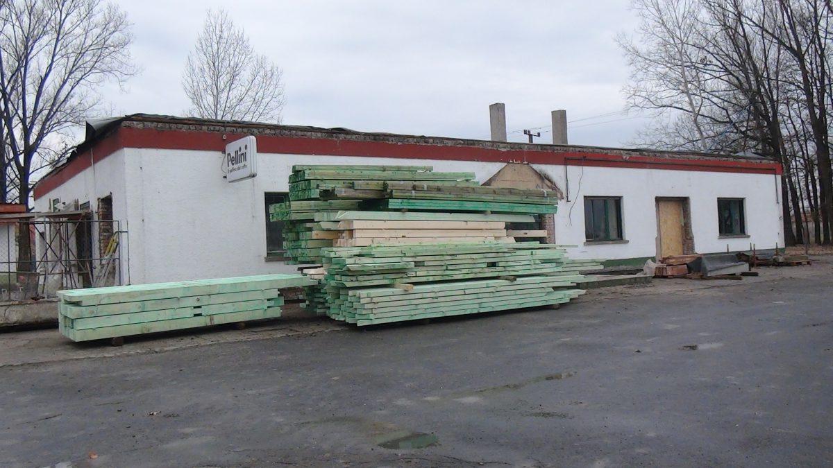 Megérkezett a faanyag a Vadásztanya Vendéglő tetőszerkezetének építéséhez