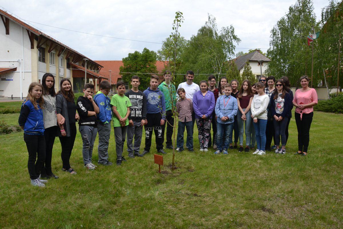 A Föld Napja alkalmából fát ültetett községünkben a Csongrád Megyei Önkormányzat