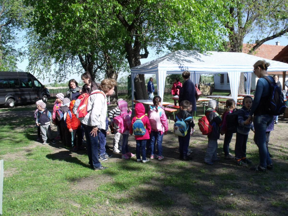 A balástyai Állatsimogatóban jártak a csengelei óvodások