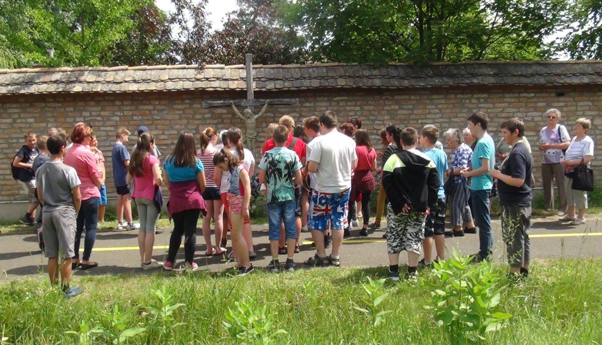 Együtt indultak idősek és fiatalok a Szent Antali kereszt-járásra