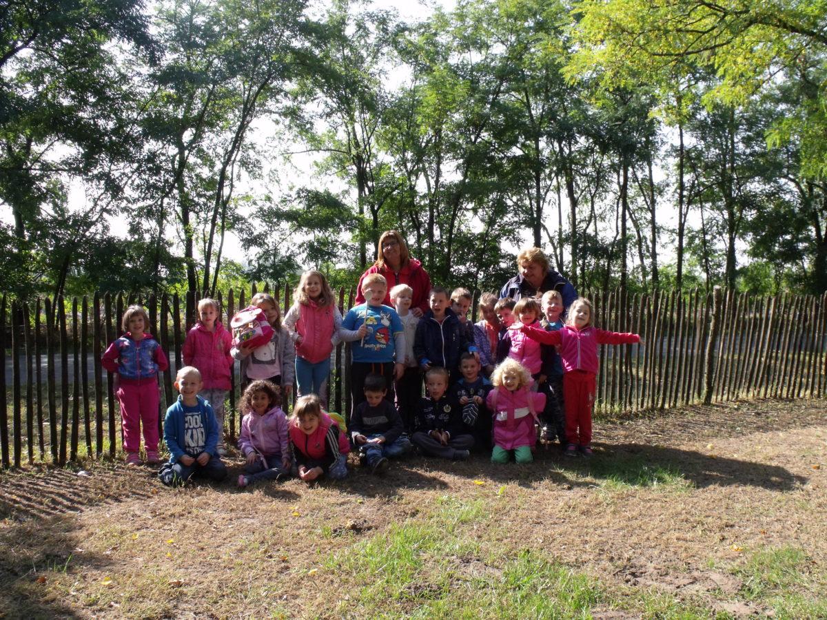 A kisteleki Hétszínvirág óvoda Napsugár csoportja az Állatsimogatóban