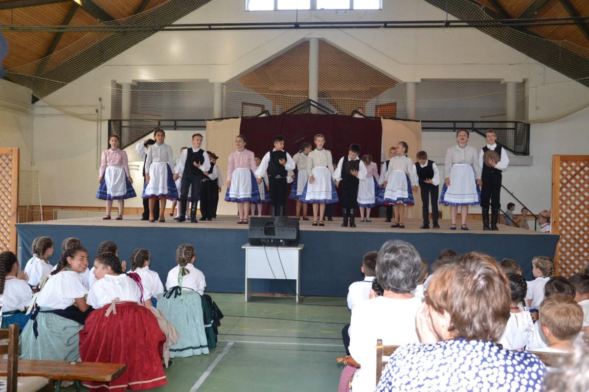 Évzáró műsort tartott a sportcsarnokban a Kisteleki Művészeti Iskola Bábabokra Néptánc Együttese