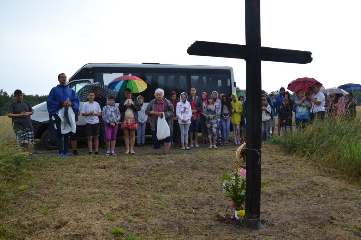 Szent Antali kereszt-járás zuhogó esőben