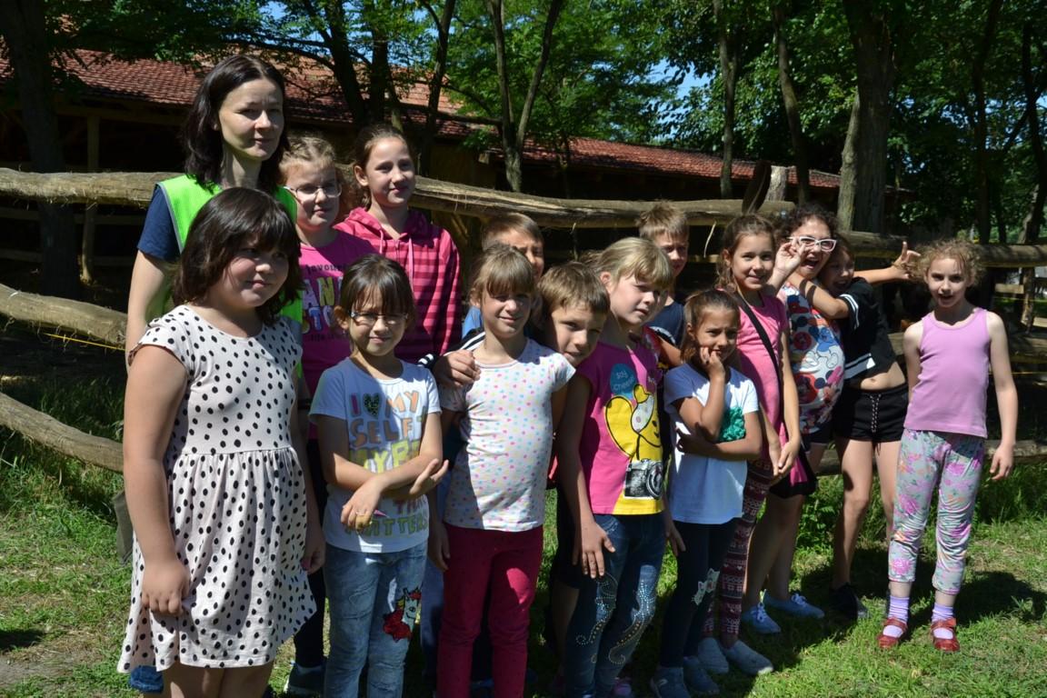 Nyári táborozó balástyai gyerekek látogattak az Állatsimogatóba