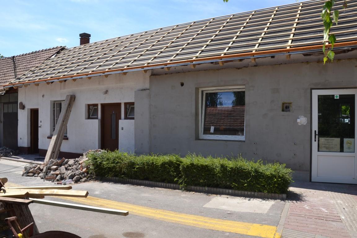 Folyik a tetőcsere az idősek nappali ellátását szolgáló épületen