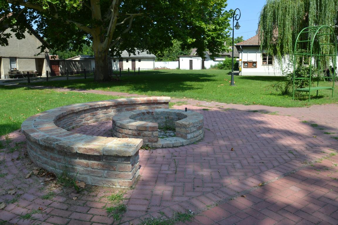 Zsírégető kerti party a balástyai művelődési ház melletti parkban