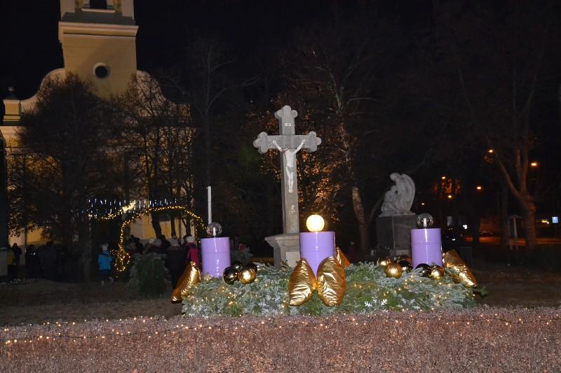 Gyertyagyújtás a templom előtt Advent első vasárnapján