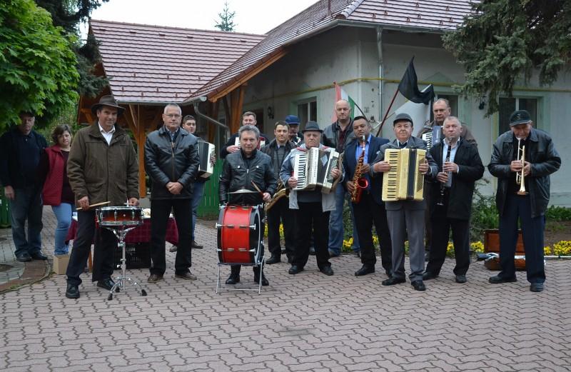 Május elsején hatvanharmadik éve van zenés ébresztő községünkben