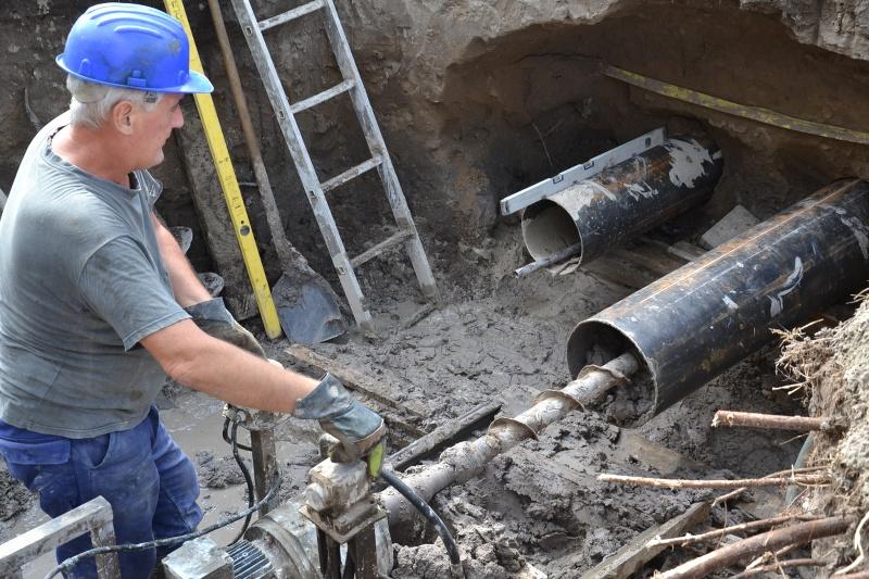 A termálvíz vezetéséhez az út alatti acélcsövek lefektetését végzi a kivitelező