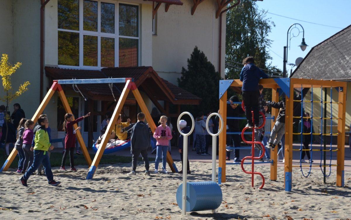Az új udvari játékokat ma vehették birtokba az általános iskolások