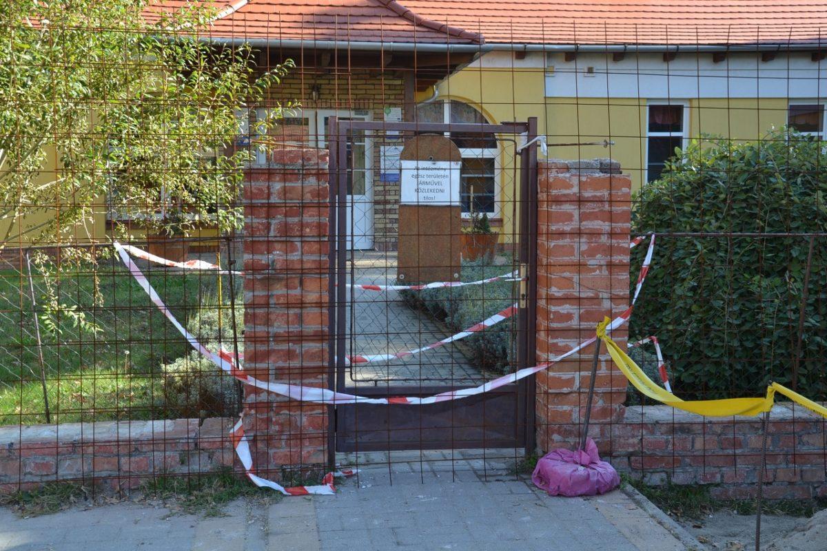 Megsérült egy gyermek az óvoda bejárati kapuoszlopából kiesett tégla miatt